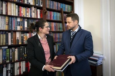 Księga kondolencyjna przekazana władzom Gdańska.