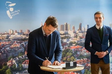Warszawa. Prezydent stolicy podpisał Deklarację LGBT+.